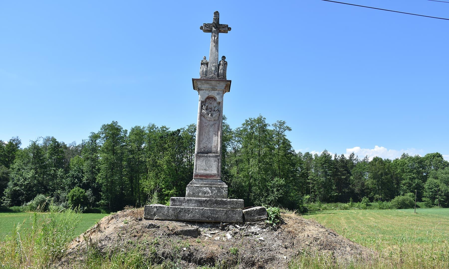 راستے پر ایستادہ مذہبی علامت صلیب