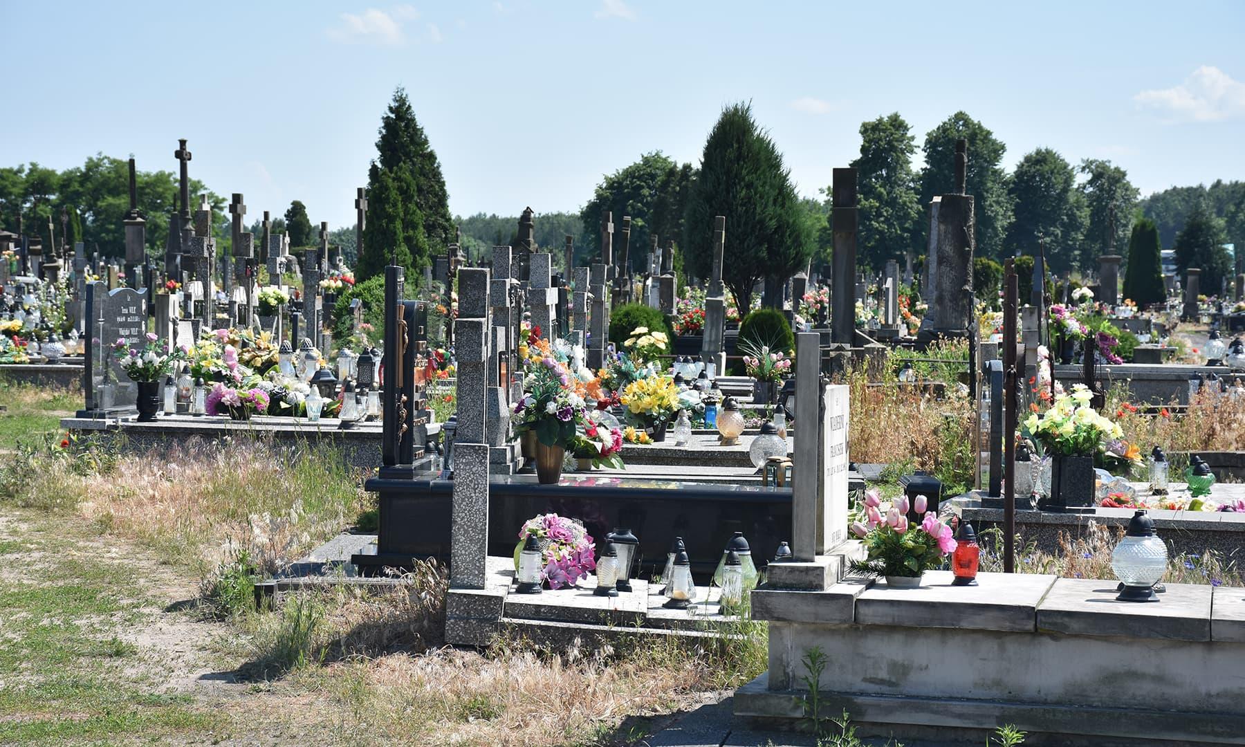 راستے میں آنے والا ایک قبرستان