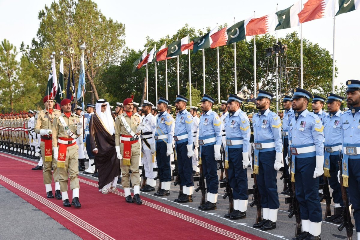 Qatari emir inspecting the guard of honour. — PID
