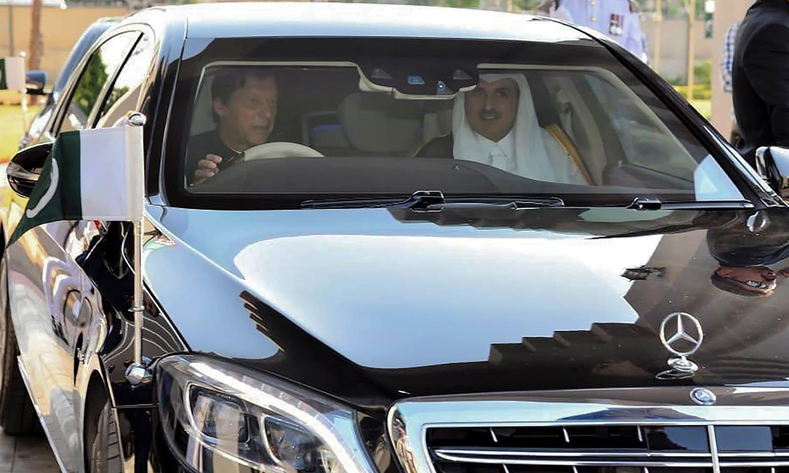 وزیر اعظم نے معزز مہمان کی گاڑی خود چلائی — فوٹو: اے ایف پی