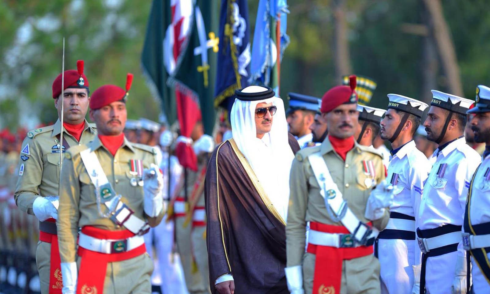 شیخ تمیم بن حمد الثانی کو وزیر اعظم ہاؤس میں گارڈ آف آنر بھی پیش کیا گیا — فوٹو: اے ایف پی