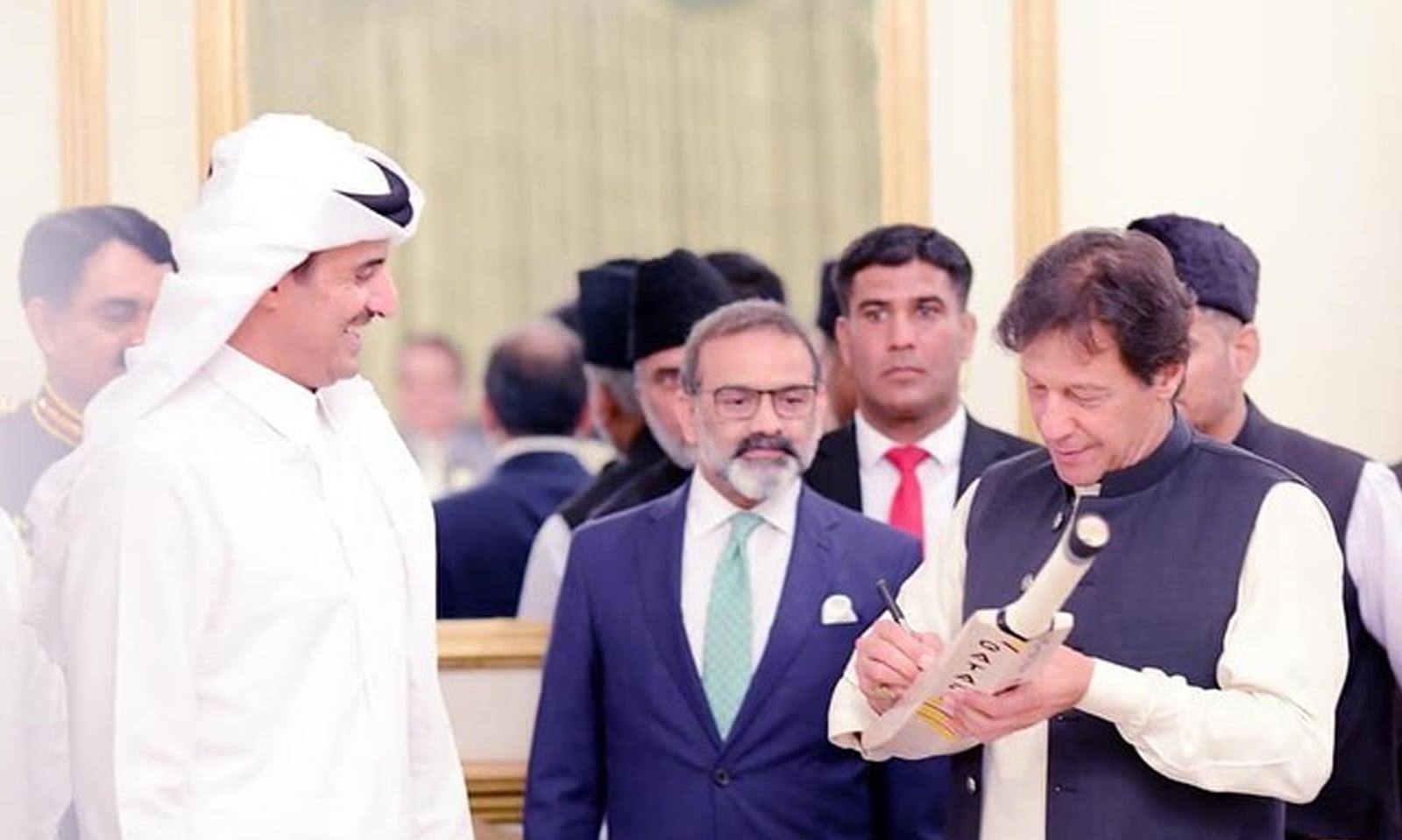 وزیراعظم عمران خان نے امیر قطر شیخ تمیم بن حمد الثانی سے ملاقات کے دوران اپنا دستخط کیا ہوا بلا تحفے میں دیا — فوٹو بشکریہ ٹوئٹر