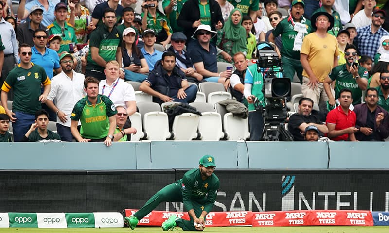 Imamul Haq takes a catch to dismiss South Africa's Quinton de Kock. ─ Reuters