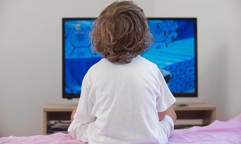آپ اپنے بچے کے علم لائیں کہ جب بھی وہ تسکین کے لیے آپ کی قربت چاہتا ہو تو آپ ان کے لیے ہر وقت دستیاب ہیں۔—شٹر اسٹاک