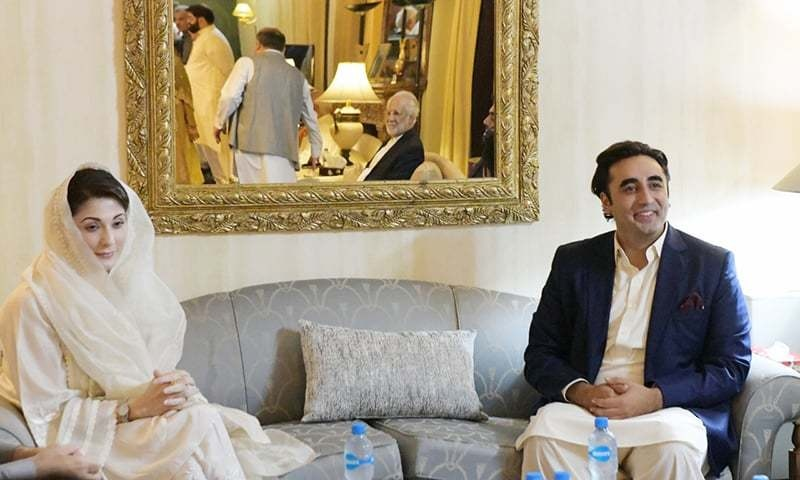 PML-N Vice President Maryam Nawaz and PPP Chairman Bilawal Bhutto pictured together during the iftar-dinner hosted by the latter on May 19. — Photo by Nadir Guramani