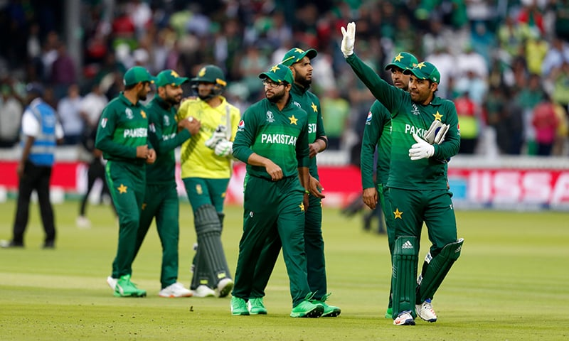 Skipper Sarfaraz Ahmed (R) waves to the crowd as he celebrates with his players after victory in the 2019 Cricket World Cup group stage match between Pakistan and South Africa at Lord's Cricket Ground in London on June 23. ─ AFP
