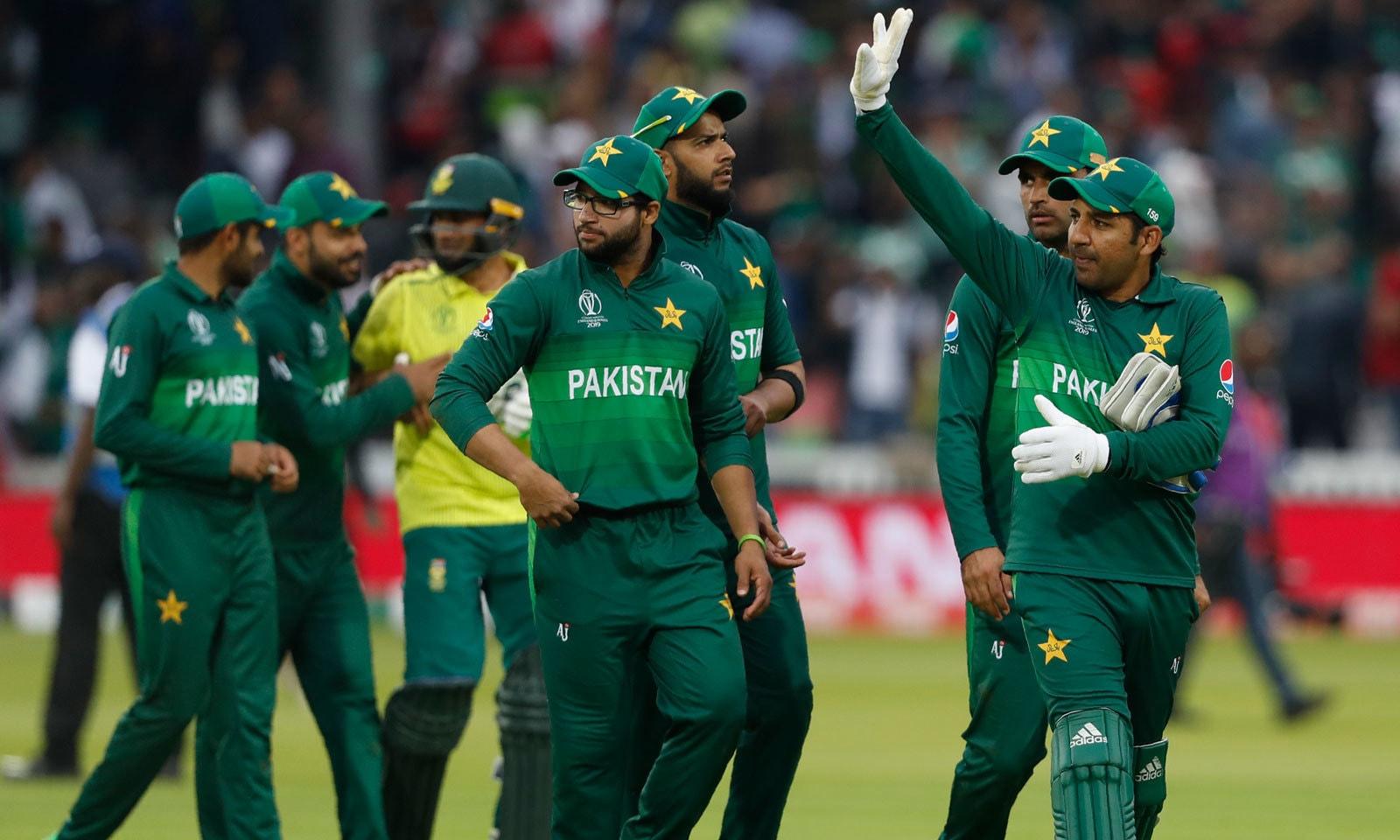 میچ میں فتح کے بعد پاکستان کے کپتان سرفراز احمد اسٹیڈیم میں آنے والے شائقین کا شکریہ ادا کر رہے ہیں— فوٹو: اے پی