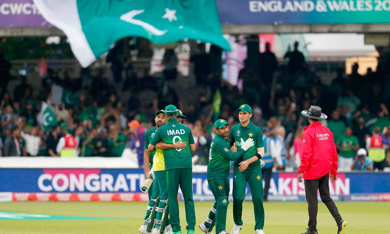 میچ میں فتح کے بعد پاکستانی کھلاڑی ایک دوسرے کو مبارکباد دے رہے ہیں— فوٹو: اے ایف پی