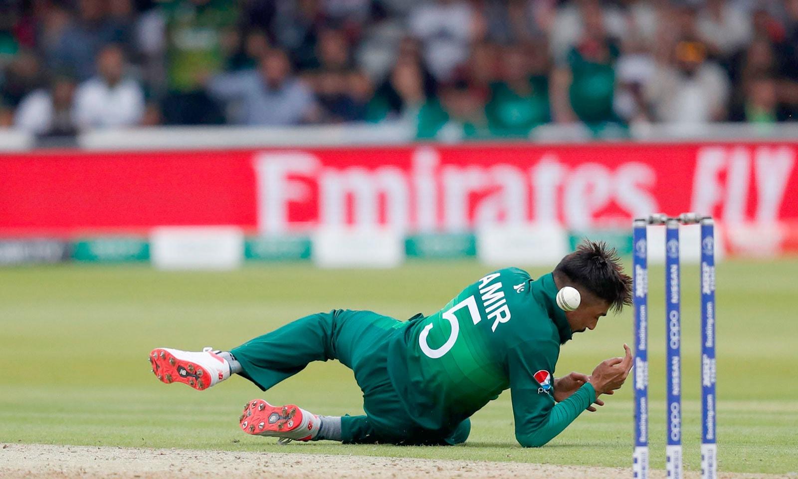 محمد عامر اپنی ہی گیند پر کیچ ڈراپ کرتے ہوئے، انہوں نے میچ میں مجموعی طور پر 3 کیچ چھوڑے— فوٹو: رائٹرز