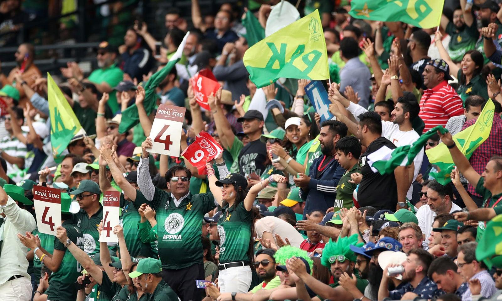 لارڈز میں شائقین کی اکثریت پاکستانی تھی جنہوں نے میچ میں پاکستانی ٹیم کو بھرپور سپورٹ کیا— فوٹو: رائٹرز
