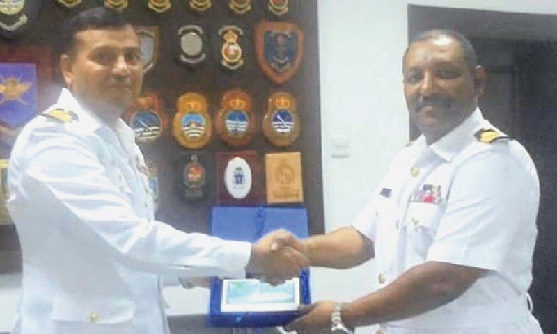 MUSCAT: Captain Shafiqur Rehman, the Commanding Officer of PNS Aslat, shakes hands with the commanding officer of the Salalah naval base on Sunday.—APP