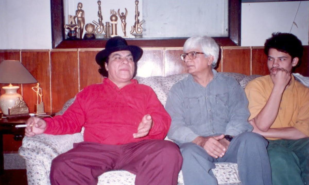 Mushtaq Gazdar interviewing actor Rangeela in 1996 | Photo courtesy: Mushtaq Gazdar family