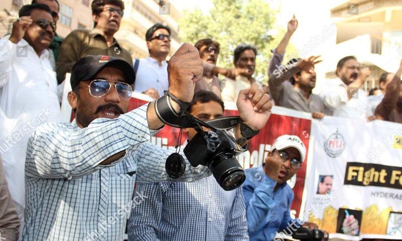 ملزمان کے احتساب کے لیے صحافتی تنظمیں احتجاج کرتی رہتی ہیں—فوٹو: شٹر اسٹاک