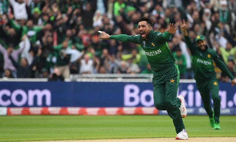 محمد عامر نے اپنی پہلی ہی گیند پر مارٹن گپٹل کو بولڈ کردیا تھا۔ — فوٹو: اے ایف پی