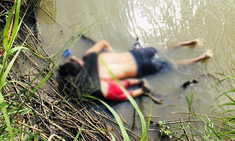 تصویر میں بچی کو اپنے والد کے ساتھ گلے ملنے کی طرح لپٹا ہوا دیکھا جا سکتا ہے—فوٹو: رائٹرز