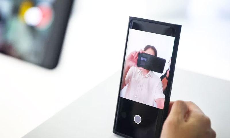 اوپو دنیا کی پہلی کمپنی بن گئی جس نے  اسکرین کے اندر کیمرا والا فون متعارف کرایا ہے—فوٹو: اوپو