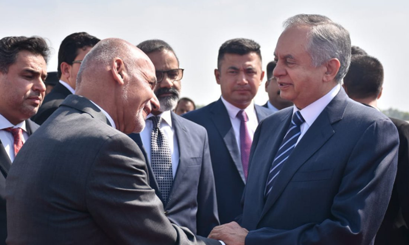 مشیر تجارت عبدالرزاق داؤد اور دیگر حکام نے افغان صدر کا استقبال کیا—اسکرین شاٹ