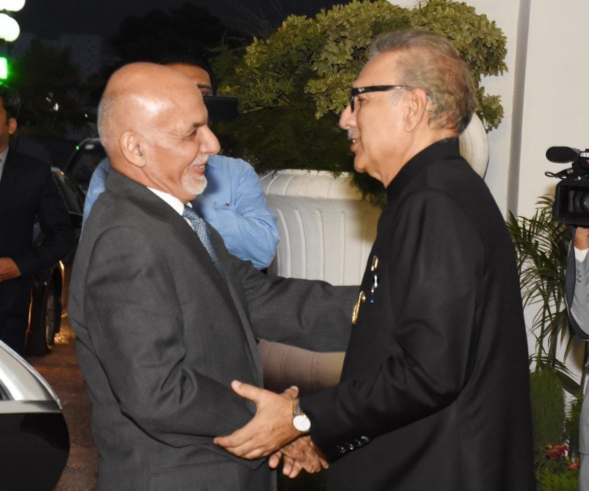صدر مملکت، افغان ہم منصب کا استقبال کر رہے ہیں — فوٹو: پی آئی ڈی