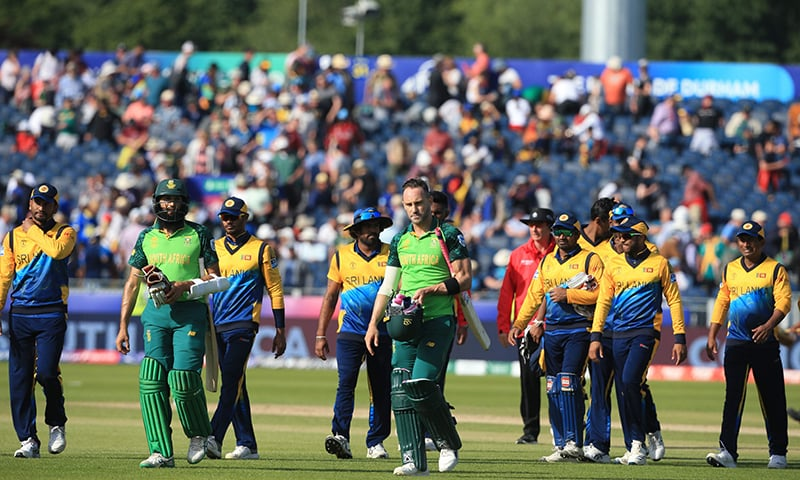 South Africa's Faf du Plessis (C) and Hashim Amla (2L) and Sri Lanka's players leave the field at close of play during the 2019 World Cup fixture at Riverside. ─ AFP