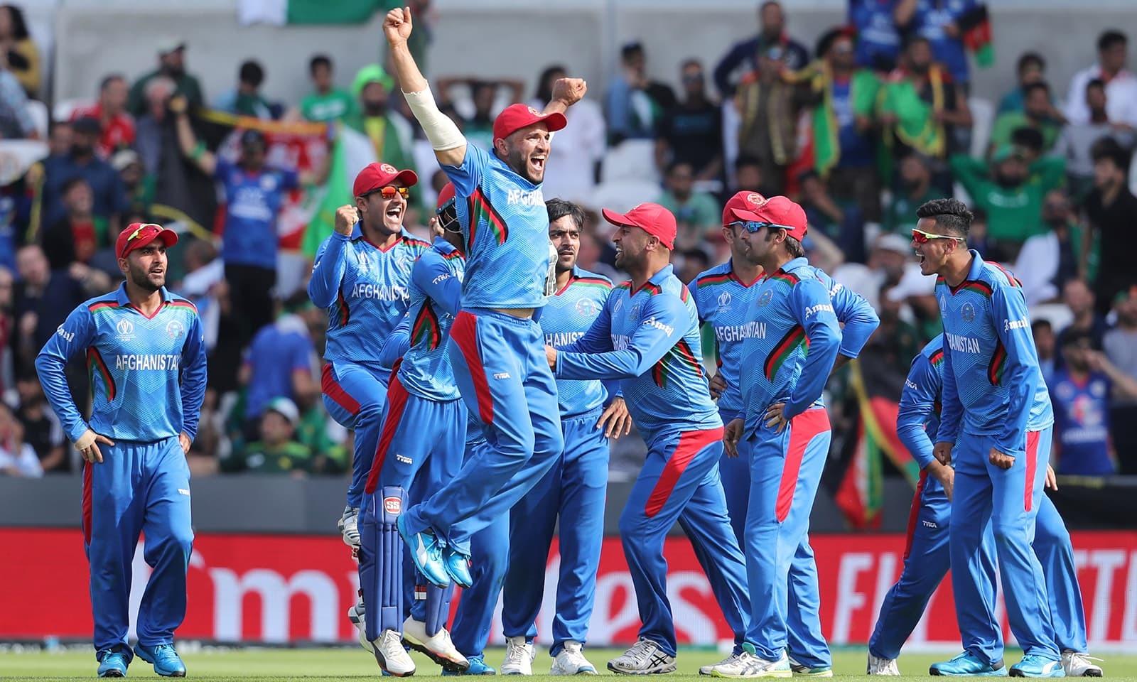 پاکستانی کھلاڑی وقفے وقفے سے آوٹ ہوتے رہے، افغان کھلاڑی جیت کے لیے پرامید دکھائی دیے۔ — فوٹو: اے پی