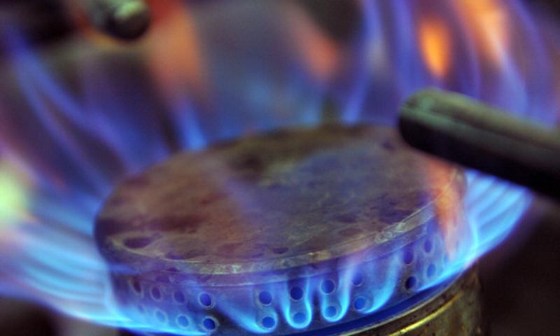 100 یونٹ استعمال کرنے والے گھریلو صارفین کے لیے گیس 127 سے بڑھا کر 300 روپے فی ایم ایم بی ٹی یو مقرر کیے گئے ہیں— فائل فوٹو/ اے ایف پی