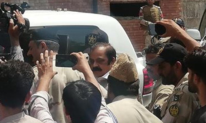 رانا ثنا اللہ کی عدالت میں پیشی پر سیکیورٹی کے سخت انظامات کیے گئے تھے۔ — فوٹو: عدنان شیخ