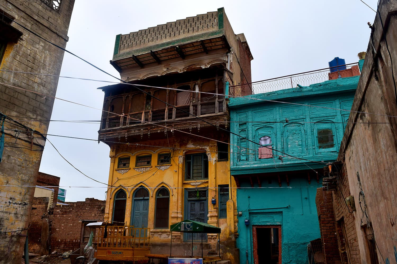Kohli Haveli with upper part of balconies already gone.