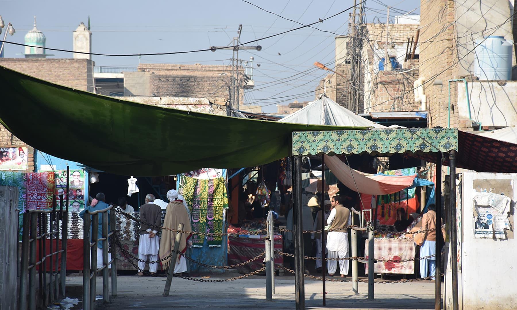 مزار کے پاس واقع بازار کا ایک منظر—تصویر رمضان رفیق
