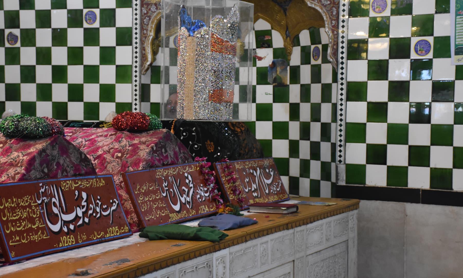 خواجہ غلام فرید کے مزار کا اندرونی منظر—تصویر رمضان رفیق