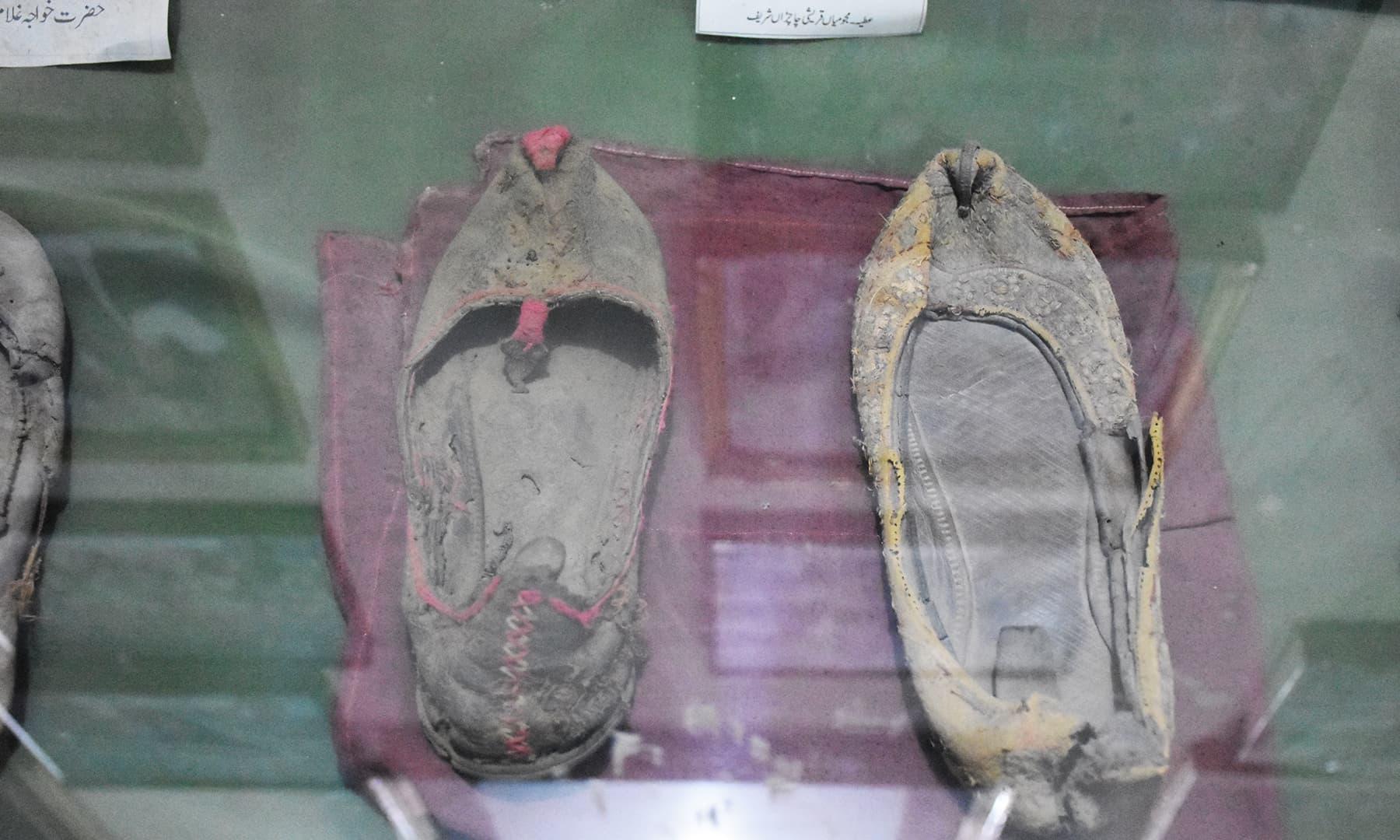 میوزیم میں موجود غلام فرید کی زیر استعمال مختلف اشیا رکھی گئی ہیں—تصویر رمضان رفیق