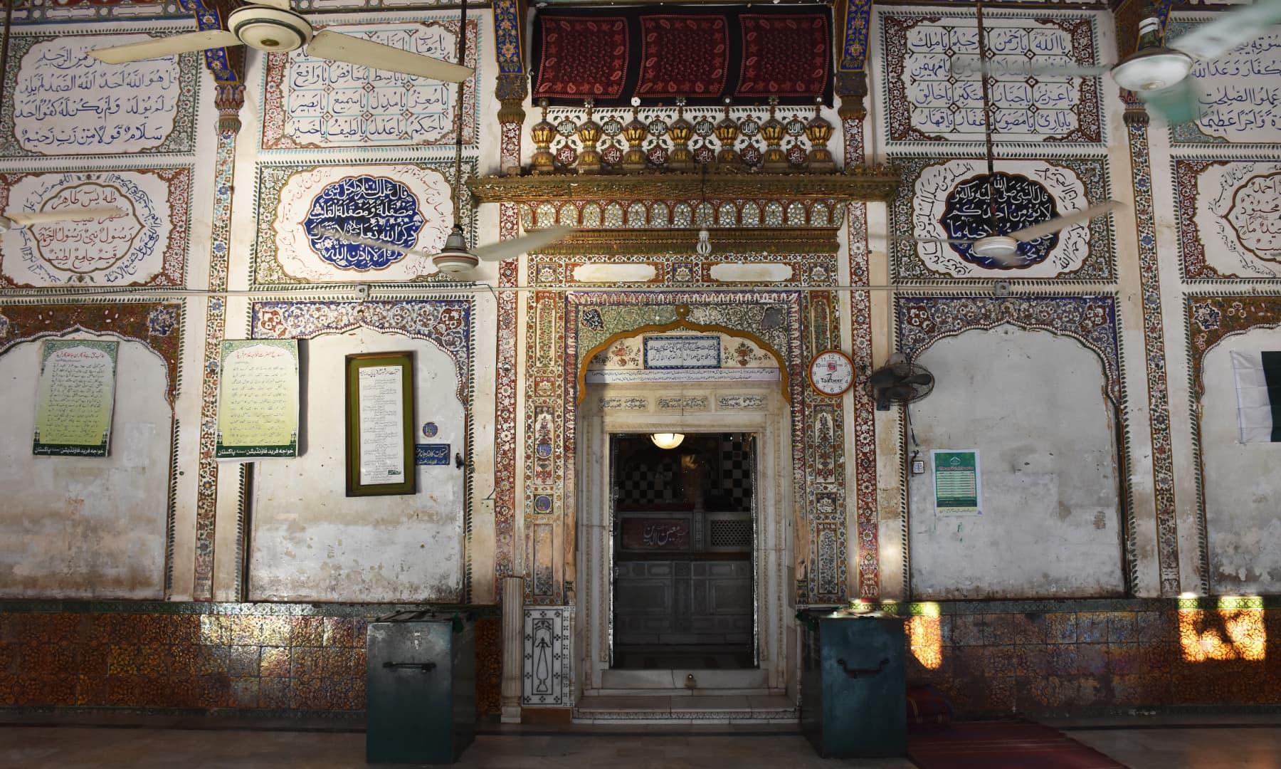 خواجہ غلام فرید کے مزار کا داخلی دروازہ—تصویر رمضان رفیق