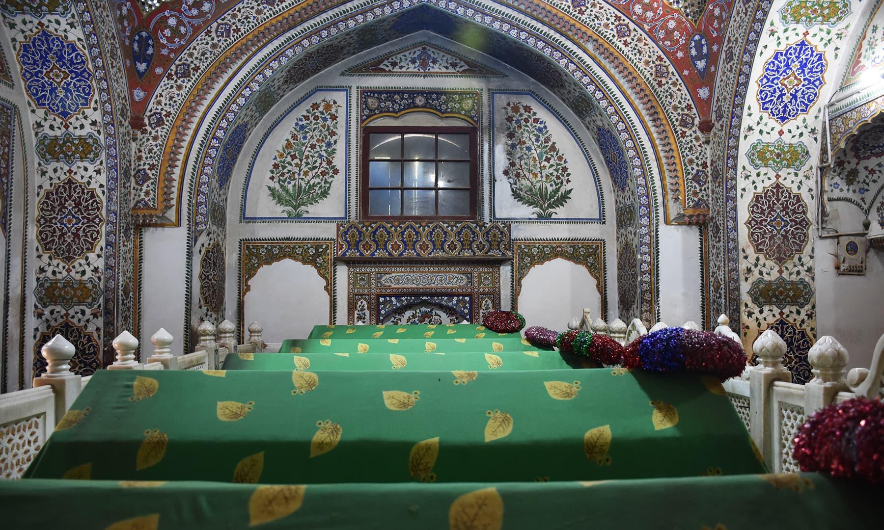 مزار کے اندر موجود دیگر قبریں—تصویر رمضان رفیق