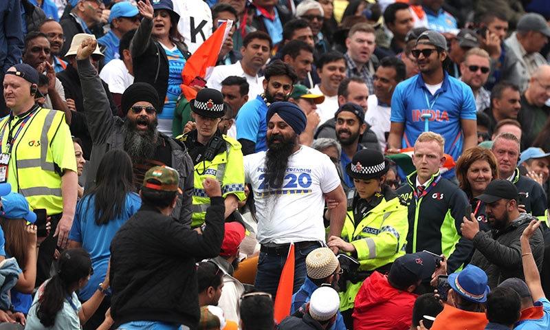 سکھ شائقین میچ کے دوران نعرے بازی کر رہے ہیں— فوٹو: رائٹرز