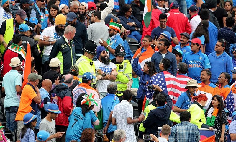 بھارت اور نیوزی لینڈ کے درمیان ورلڈ کپ سیمی فائنل کے دوران پولیس سکھ تماشائیوں کو اسٹیڈیم سے باہر نکال رہی ہے— فوٹو: رائٹرز