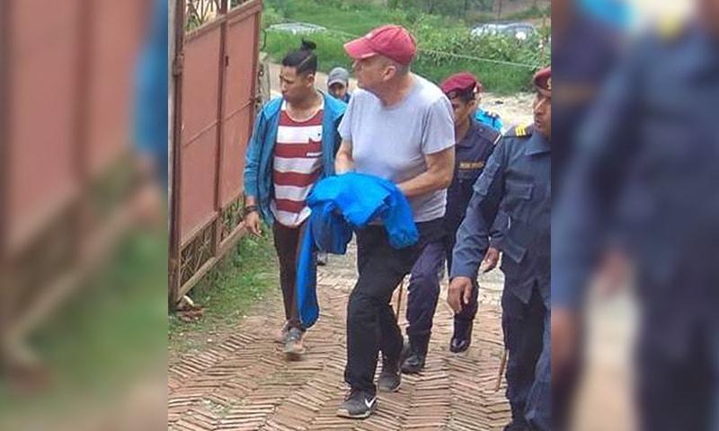 پیٹر دالگلش کو نیپال کی ضلعی عدالت لے جایا جارہا ہے — فوٹو: اے پی