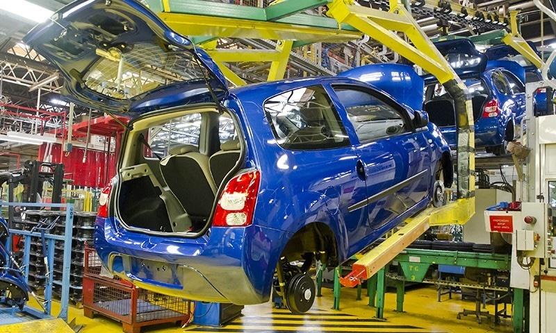 حکومت کی جانب سے بجٹ میں مختلف انجن کی حامل گاڑیوں پر 2.5 سے 7.5 فیصد تک ایف ای ڈی عائد کی گئی—فائل فوٹو: شٹر اسٹاک