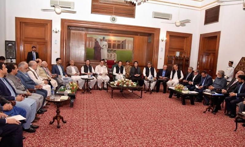 وزیراعظم  کے ساتھ ان کی پوری معاشی ٹیم بھی تاجر برادری سے ملاقات کے دوران موجود تھی — فوٹو ریڈیو پاکستان
