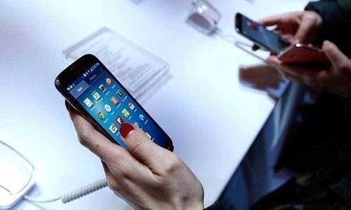 حکومت نے موبائل فون کے لیے 6 ٹیکس سلیب متعارف کروائے ہیں—فائل فوٹو: اے پی