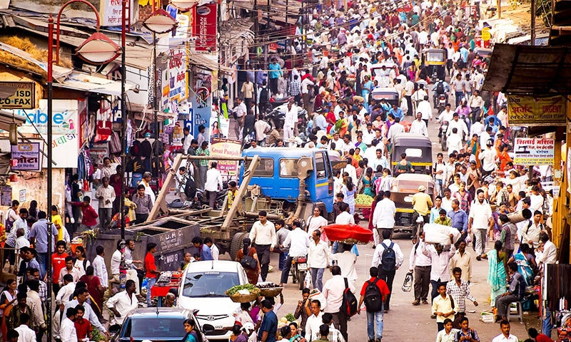 ممبئی میں لوگ پائپوں اور انڈر پاس میں رہنے پر مجبور ہیں—فوٹو: شٹر اسٹاک