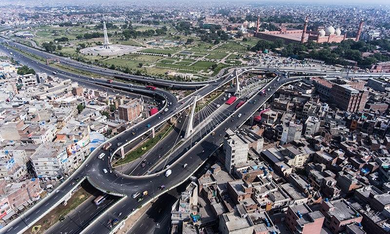 لاہور بھی فضائی آلودگی اور دیگر مسائل کا شکار ہے—فوٹو: شٹر اسٹاک