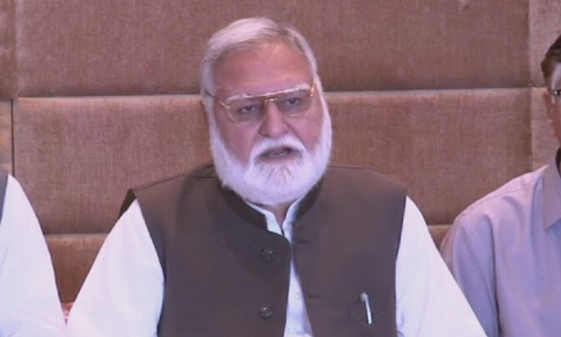 Jamiat Ulema-i-Islam (Fazl) leader Akram Khan Durrani speaks at a press conference after a meeting of the Rehbar Committee in Islamabad on Thursday. — DawnNewsTV