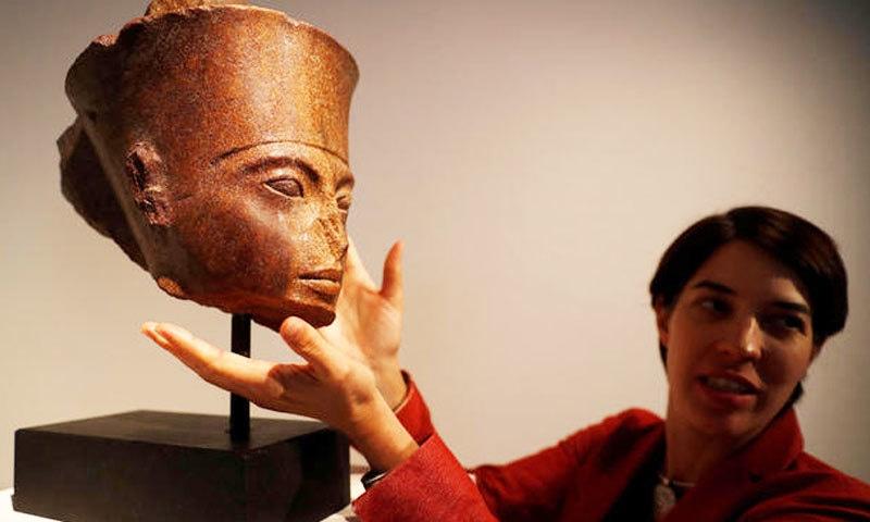 طوطن خامن کا یہ مجسمہ 3 ہزار سال قبل بنایا گیا تھا—فوٹو: رائٹرز