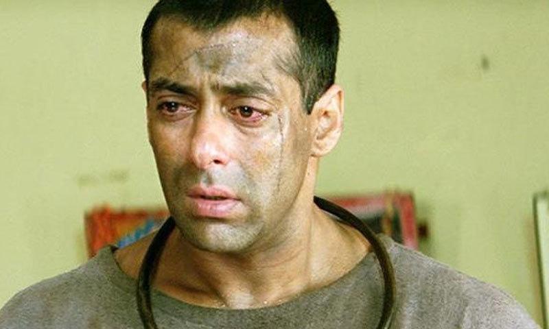 فلم میں محبوبا کی خودکشی کے بعد سلمان خان پاگل بن جاتے ہیں—اسکرین شاٹ