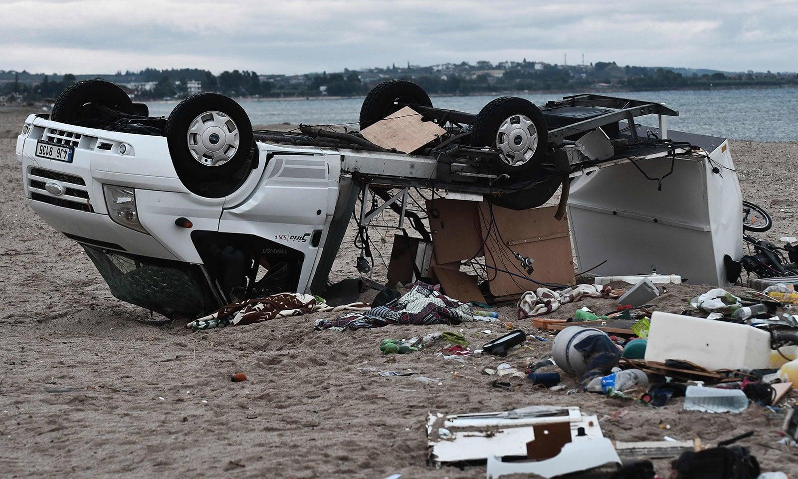 یونان میں طوفان سے گاڑیاں بھی تباہ ہوئیں — فوٹو: اے ایف پی