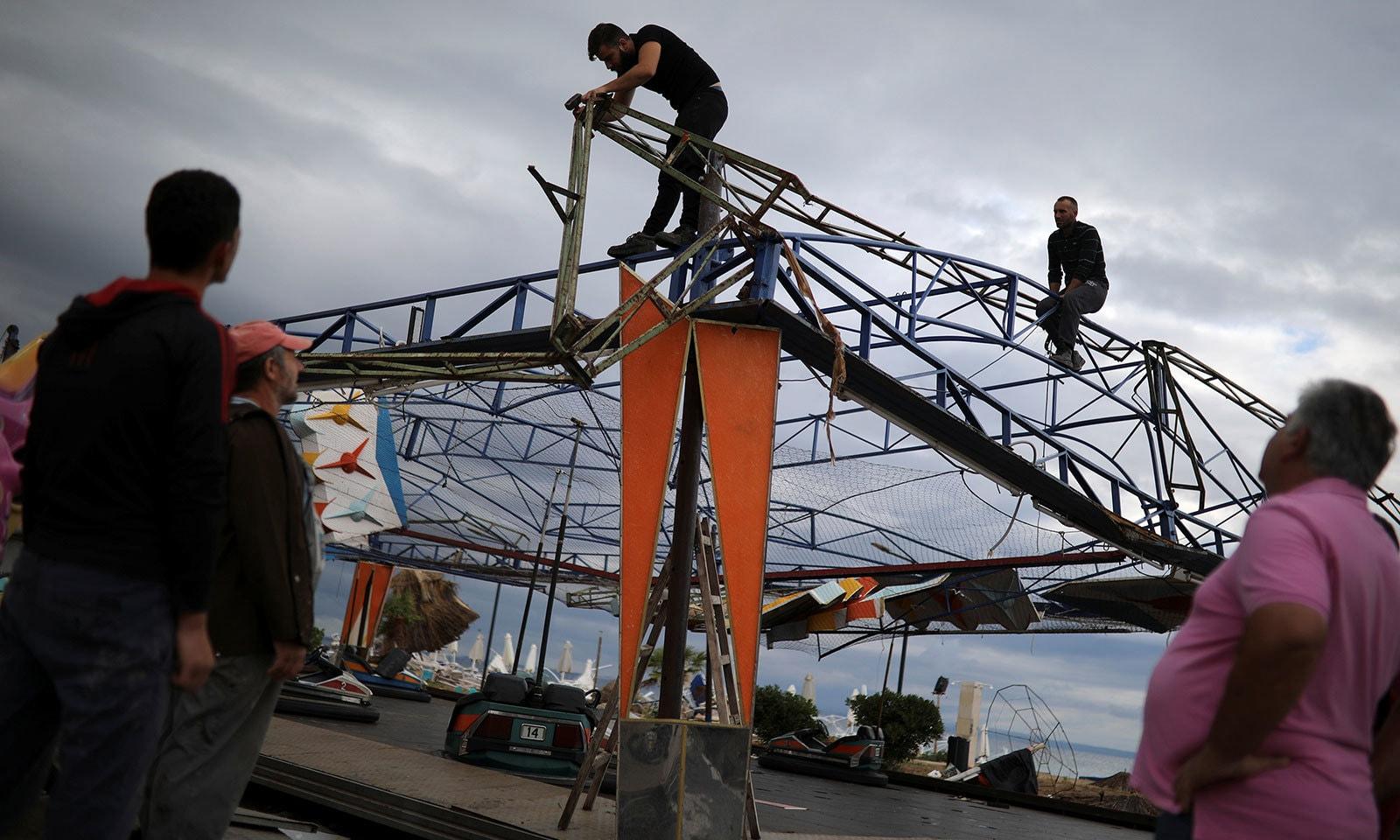 طوفان کے بعد تفریحی پارک کی مرمت کی جارہی ہے — فوٹو: رائٹرز