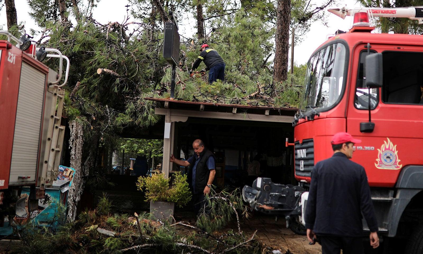 طوفان کے بعد امدادی کارروائیاں جاری ہیں — فوٹو: رائٹرز