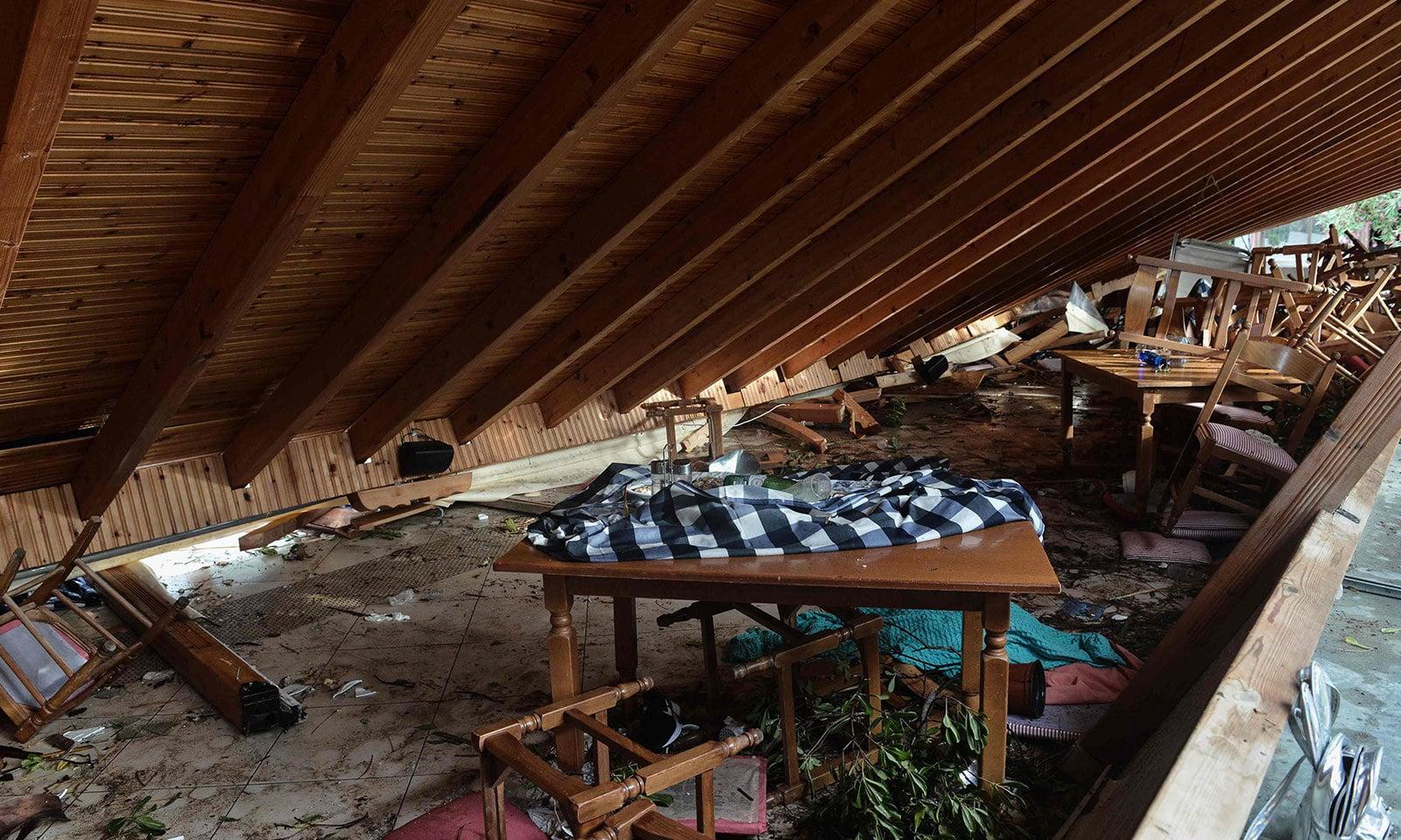 طوفان سے عمارتوں کو شدید نقصان ہوا — فوٹو: اے ایف پی