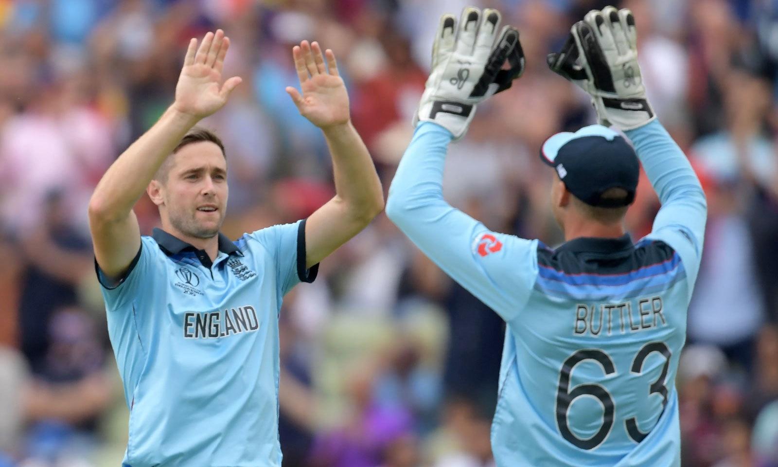 انگلینڈ کے کھلاڑی آسٹریلوی بلے باز کے آؤٹ ہونے کے بعد خوشی مناتے ہوئے — فوٹو: اے ایف پی