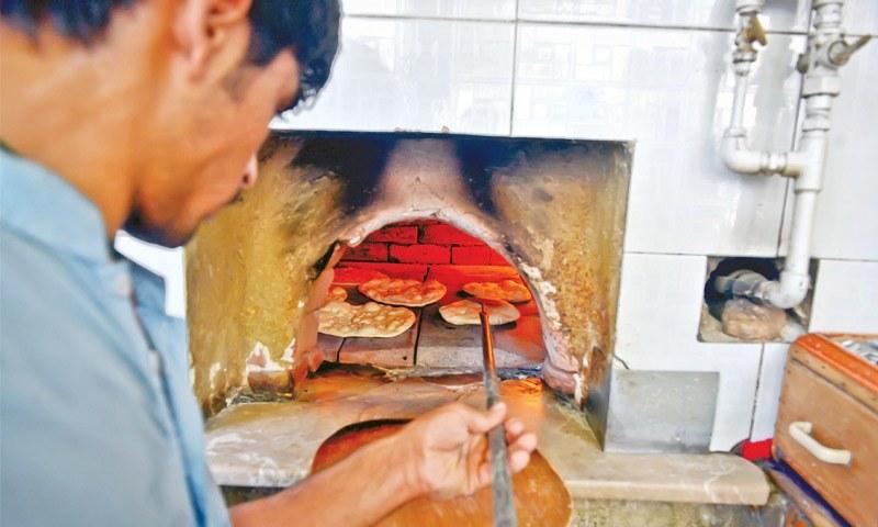 150 گرام کی روٹی کا وزن بڑھا کر 190 گرام کردیا گیا ہے جو 15 روپے کی فروخت ہوگی — فوٹو: ڈان