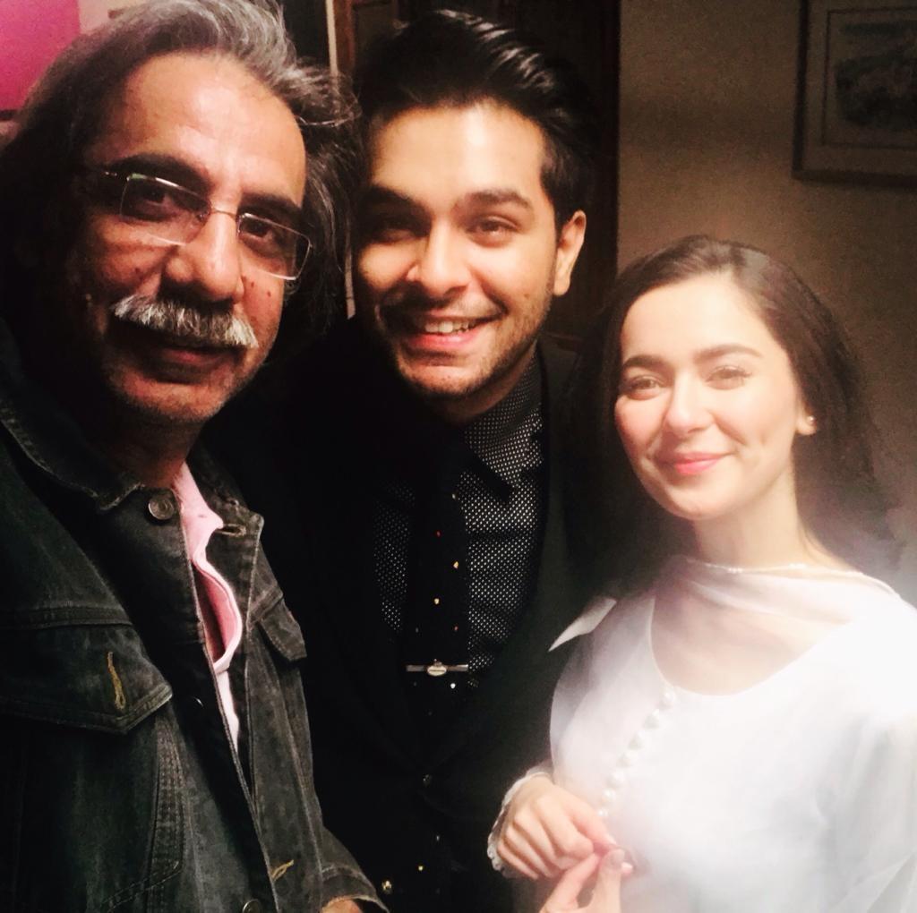 عاصم اظہر اور ہانیہ عامر ڈائریکٹر کے ساتھ— ڈان امیجز فوٹو